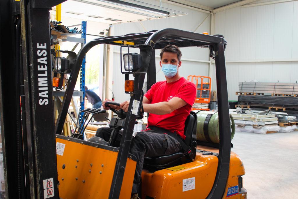 Sur le terrain, FIVO sécurité incendie peut compter sur 6 techniciens, comme Stefan, pour assurer l'entretien de portes coupe-feu et autres systèmes de désenfumage.